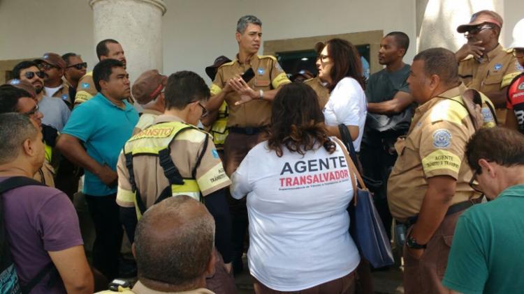 Funcionários aguardam para falar com o presidente da Câmara - Foto: Luciano Sena | Divulgação