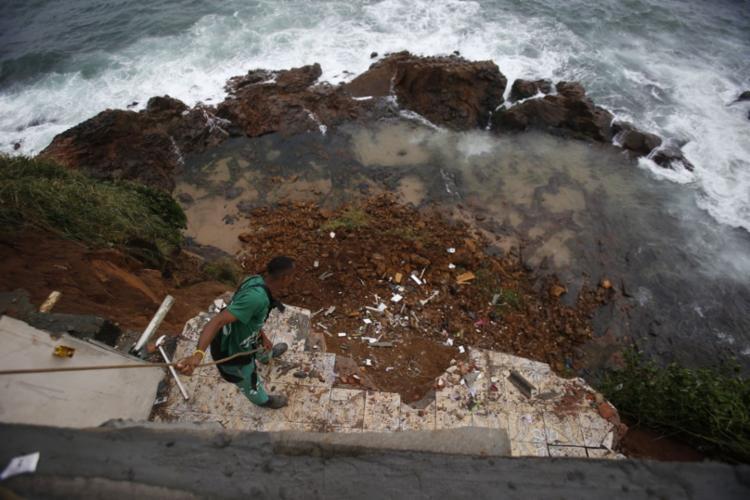 Funcionário da Revita ajuda na remoção dos escombros | Foto: Raul Spinassé | Ag. A TARDE