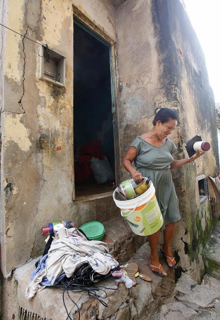 A agente de reciclagem Áurea Maria se prepara para deixar o imóvel - Foto: Margarida Neide l Ag. A TARDE