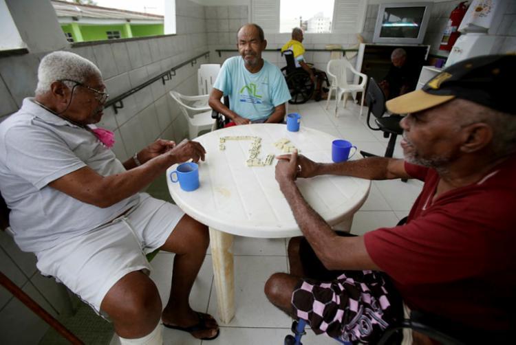 Amigos compartilham tempo em partida de dominó | Foto: Adilton Venegeroles | Ag. A TARDE