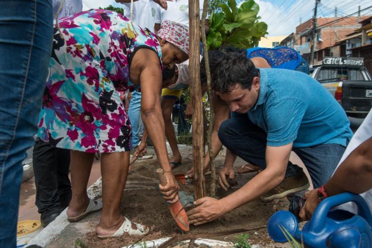 Moradores da região contribuem com o plantio das mudas - Foto: Divulgação