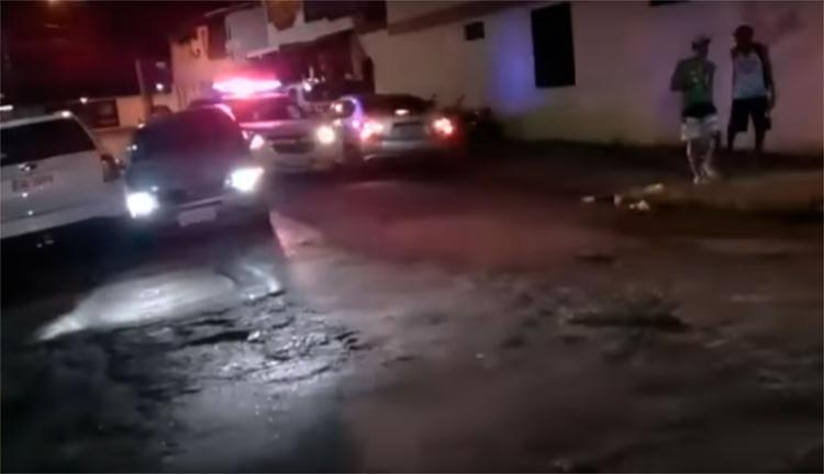 Suspeitos tentaram fugir em um carro, mas foram detidos pela polícia - Foto: Reprodução   YouTube
