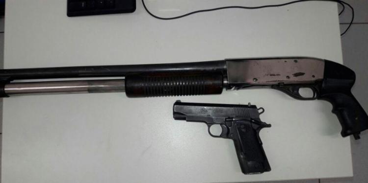 Armas foram apreendidas com os quatro suspeitos - Foto: Divulgação   SSP-BA