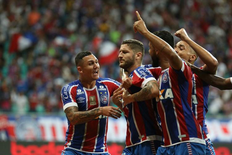 Jogadores comemoram com Zé Rafael, autor do primeiro gol - Foto: Adilton Venegeroles l Ag. A TARDE