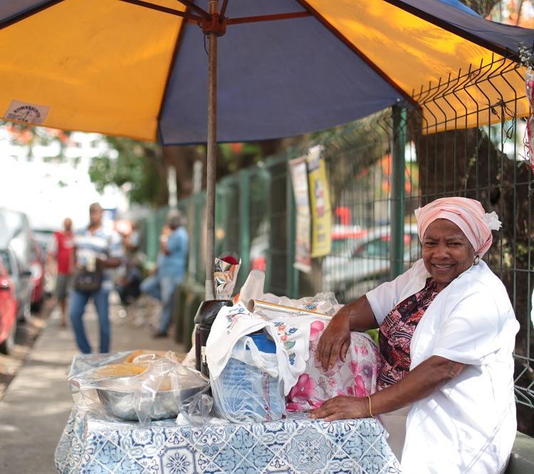 A baiana Iracema dos Santos fica de 7h às 12h no bairro do Comércio