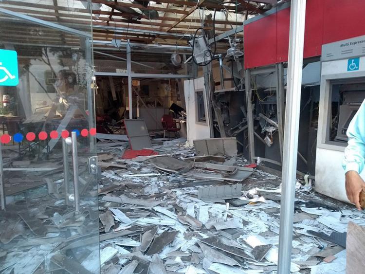 Imóveis que abrigavam agências do Bradesco e do Banco do Brasil foram destruídos pelo bando de assaltantes - Foto: Jorge Luiz l Portal Caboronga Notícias