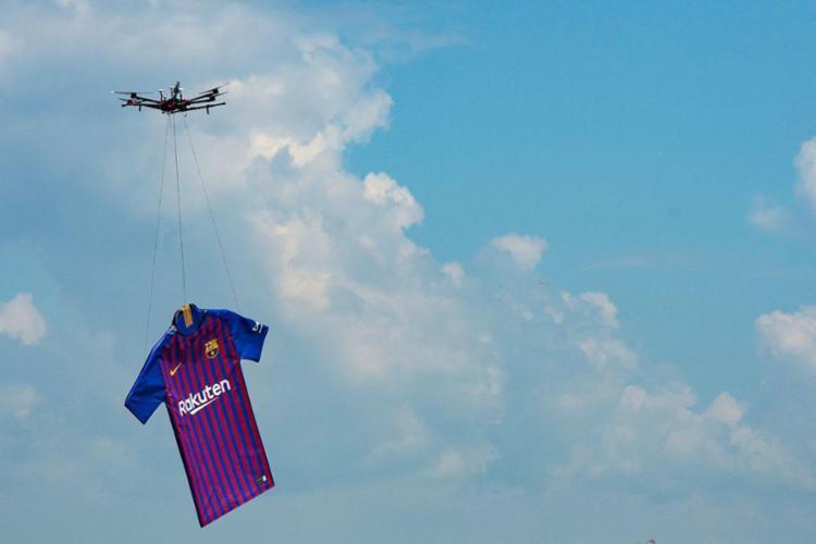 Drone circulou a cidade exibindo novo uniforme - Foto: Josep Lago | AFP