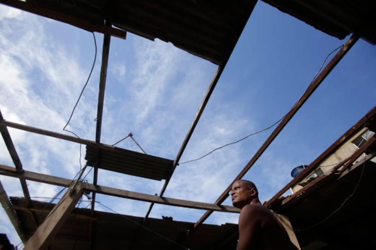Valdir Puridade Boaventura ajudando um amigo que teve a casa afetada - Foto: Raul Spinassé | Ag. A TARDE