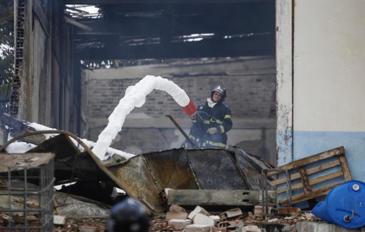 Bombeiros fazem rescaldo do incêndio em fábrica de velas - Foto: Raul Spinassé | Ag. A TARDE