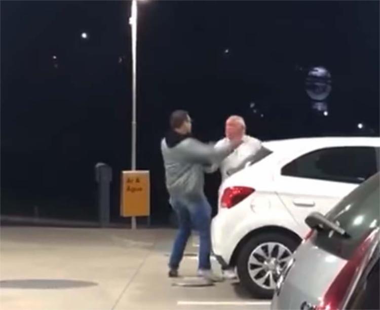 Vídeo mostra um homem mais velho sendo agredido em um posto - Foto: Reprodução   YouTube