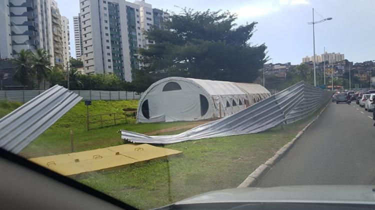 O tapume de isolamento do canteiro de obras inserido pelo Consorcio BRT foi derrubado e também pinchado. - Foto: Reprodução