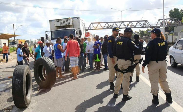 Policiais rodoviários acompanham protestos na BR-324 - Foto: Margarida Neide | Ag. A TARDE