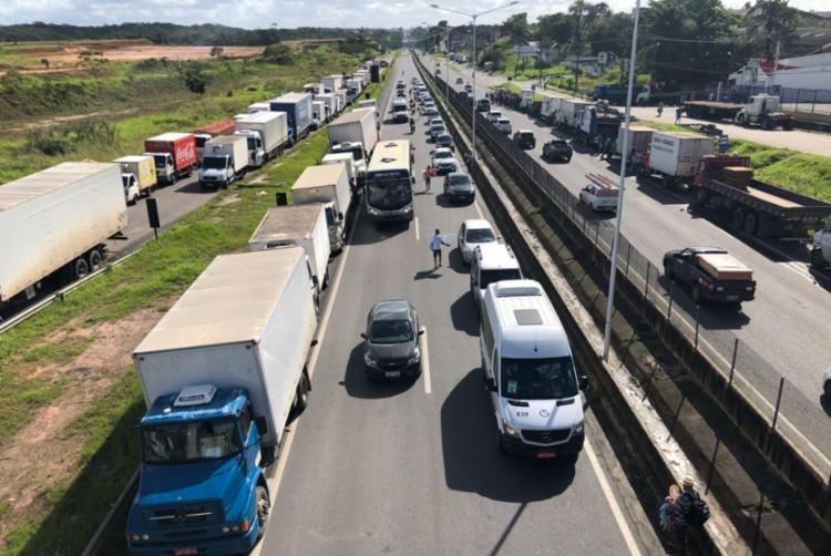 Caminhoneiros fecharam mais de um ponto da BR-324 - Foto: Margarida Neide | Ag. A TARDE