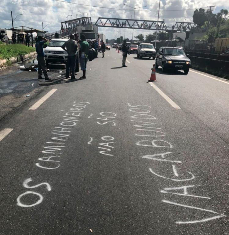 Em Salvador, ato dos caminhoneiros protestam na BR-324, próximo ao bairro de Valéria