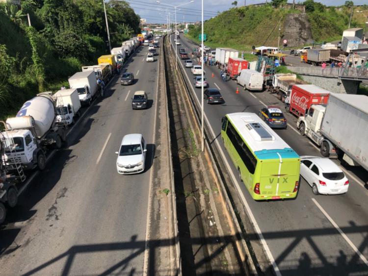Caminhoneiros bloqueiam faixa da direita nos dois sentidos da BR-324, em Salvador - Foto: Margarida Neide | Ag. A TARDE