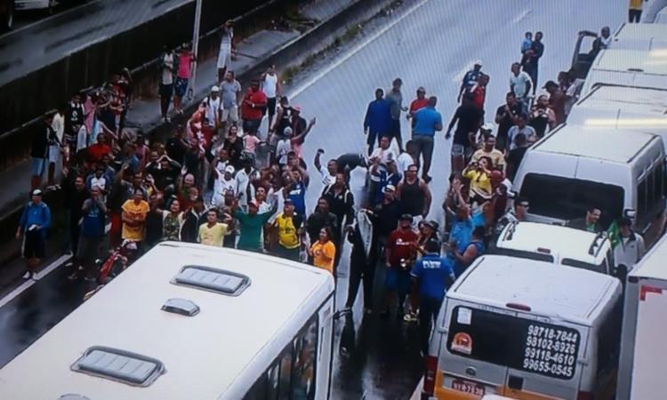 Motoristas de vans escolares e caminhoneiros ocuparam a BR-324 - Foto: Reprodução   TV Bahia