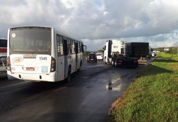 Caminhões bloqueiam a passagem na BA-535