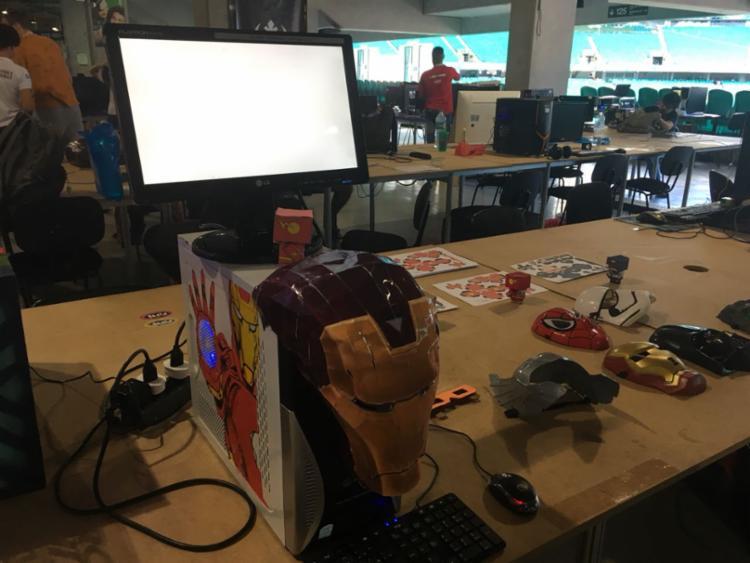 O computador todo personalizado chama atenção dos campuseiros - Foto: Edielle Carvalho l Ag. A Tarde