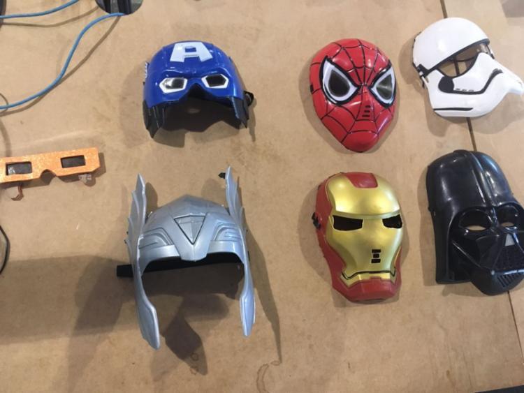 Máscaras divertem quem passa pela experiência