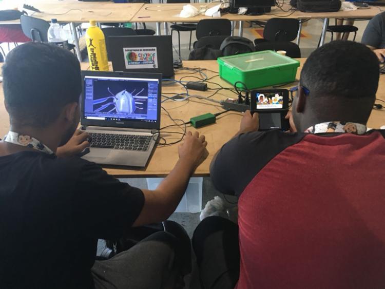 Estudantes programam o próprio jogo na mesa do CPBA - Foto: Edielle Carvalho l Ag. A Tarde