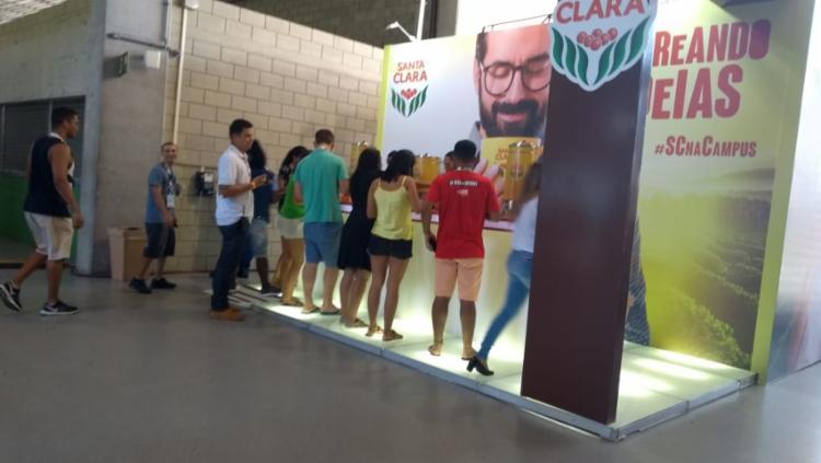 Público faz fila para ganhar seu café - Foto: Keyla Pereira l Ag. A Tarde