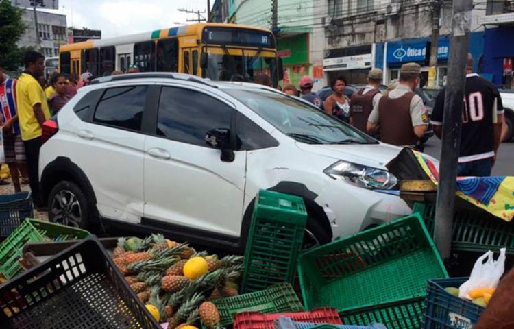 Carro subiu passeio e invadiu área usada por feirantes - Foto: Cidadão Repórter | Via WhatsApp
