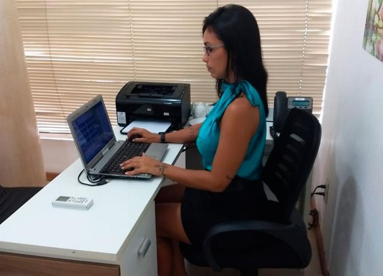 A representante comercial Bruna Guerreiro adotou nova postura para falar ao celular e trabalhar no computador