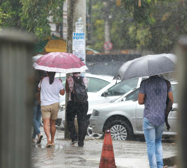 Chuva atingiu capital baiana durante a madrugada e manhã deste sábado - Foto: Joá Souza | Ag. A TARDE