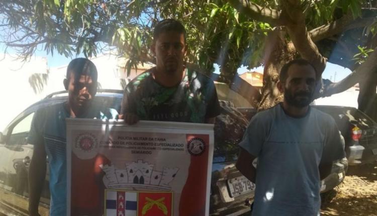 Cláudio (do meio) tinha mandado de prisão em aberto - Foto: Divulgação