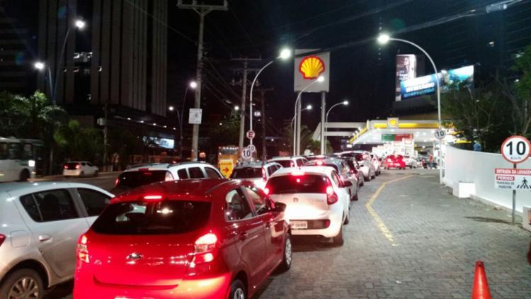 Fluxo de veículos em posto da avenida Tancredo Neves causou congestionamento na região - Foto: Thaís Seixas | Ag. A TARDE
