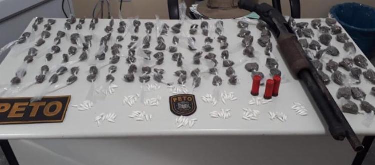 Foram apreendidos mais de 300 porções de drogas e um arma - Foto: Divulgação   SSP