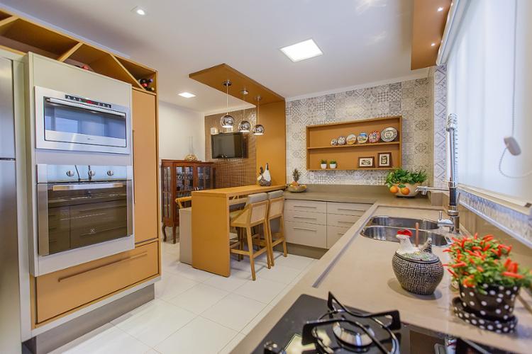 Na cozinha do Croqui Arquitetura, pratos decorativos, móveis de madeira e vasinhos de planta marcam o estilo - Foto: R. Vieira l Divulgação