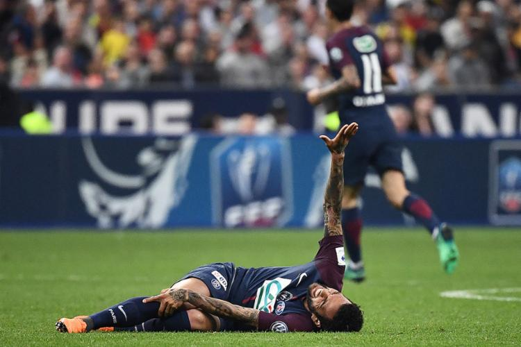 PSG divulga comunicado oficial sobre lesão de Daniel Alves; confira