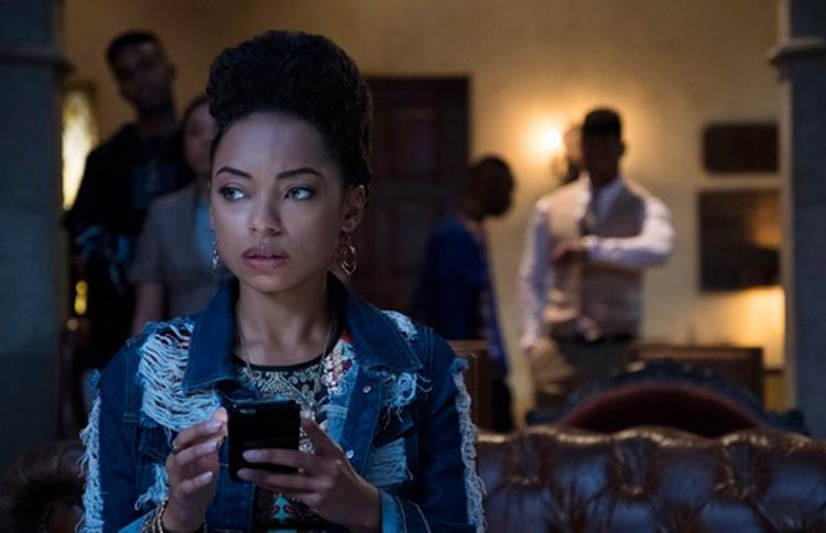Nos novos episódios Samantha (Logan Browning) enfrenta questionamentos de um perfil anônimo - Foto: Divulgação