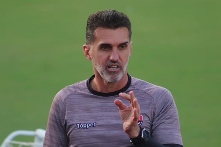 Técnico foi cobrado por mau desempenho do goleiro Caíque - Foto: Mauricia da Matta | EC Vitória