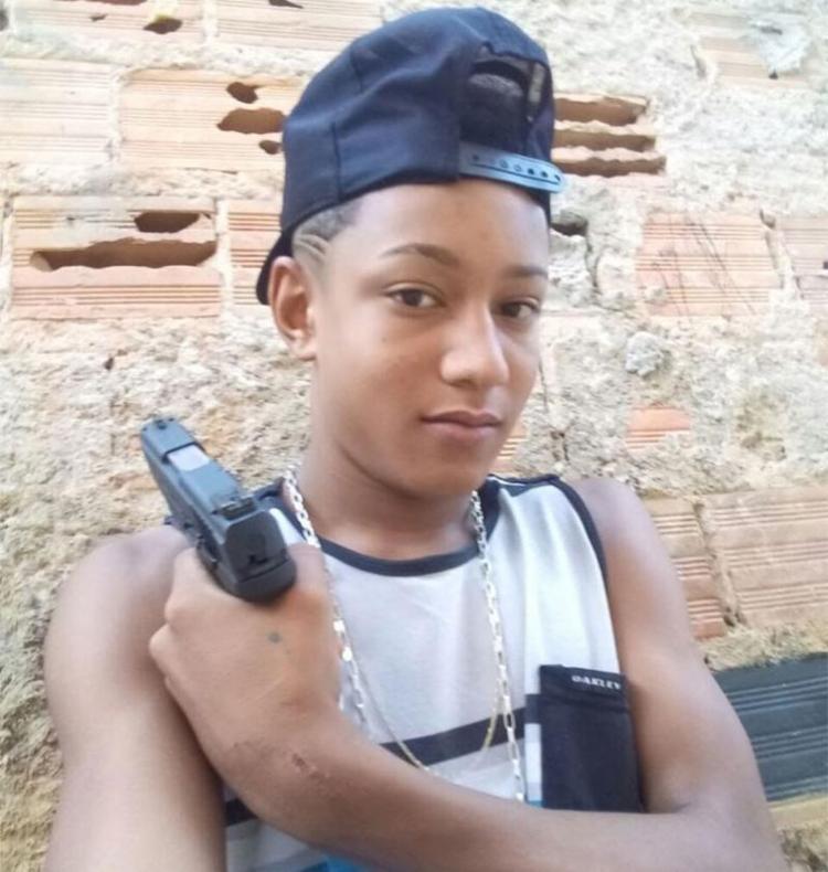 Edivan Oliveira, 18 anos, o 'Bicão', aparece com pistola .40 apreendida nesta quinta - Foto: Divulgação | SSP