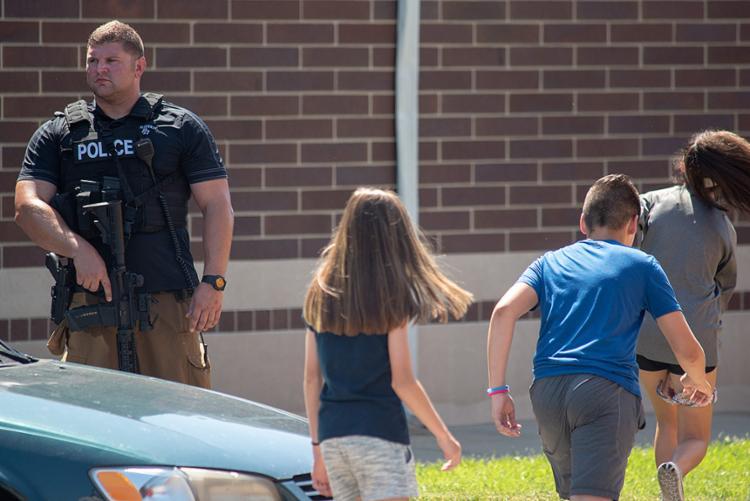 Os estudantes foram levados para um colégio próximo para encontrar seus pais - Foto: Kevin Moloney l Getty Images l AFP