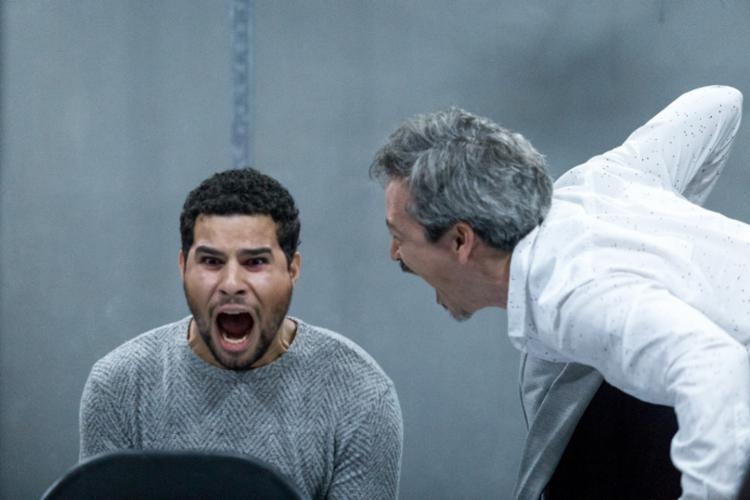 Wanderley Meira e Augusto Nascimento interpretam dois homens desconhecidos que se encontram em uma sala de espera - Foto: Diney Araújo | Divulgação