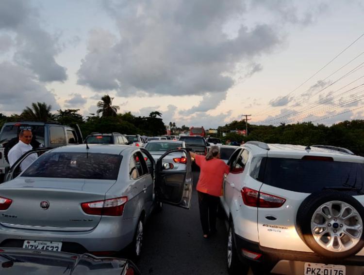 Motoristas tiveram que ter paciência para enfrentar os protestos na BA-099 - Foto: Mariana Bastos l Via Whatsapp