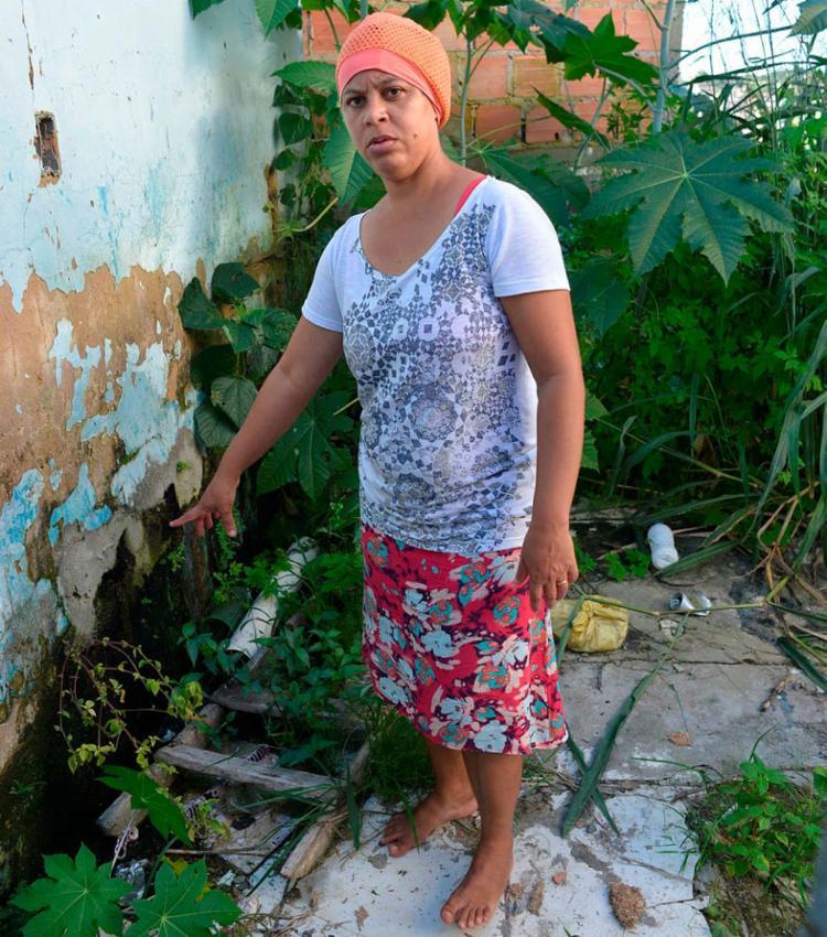 Vânia dos Santos reclama do esgoto ao lado de casa | Foto: Shirley Stolze | Ag. A TARDE
