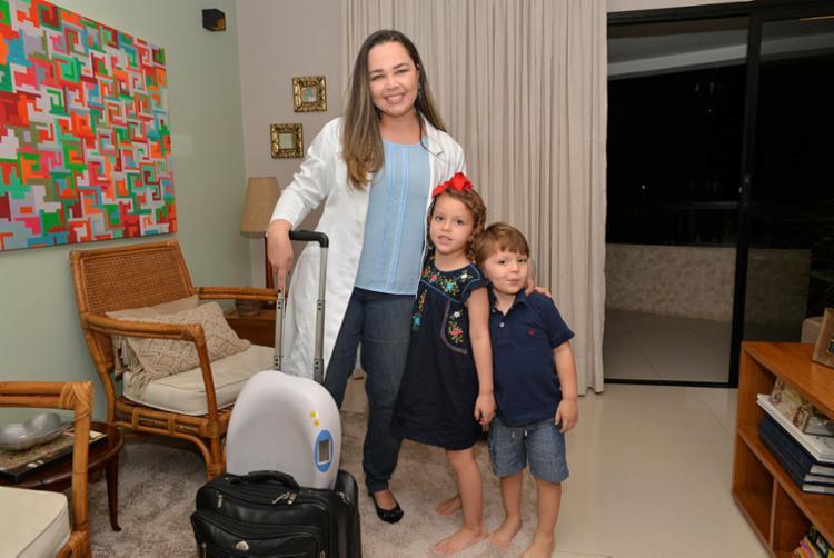 Pediatra, Flávia passou a atender em domicílio para ter mais tempo com Marcos e Manuela | Foto: Shirley Stolze | Ag. A TARDE