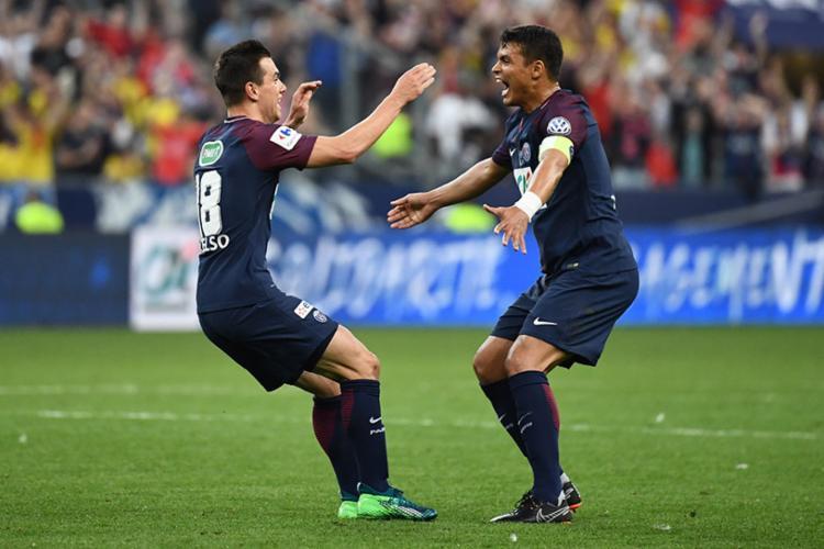O brasileiro Thiago Silva comemora o título com o meia Lo Celso - Foto: Franck Fife| AFP
