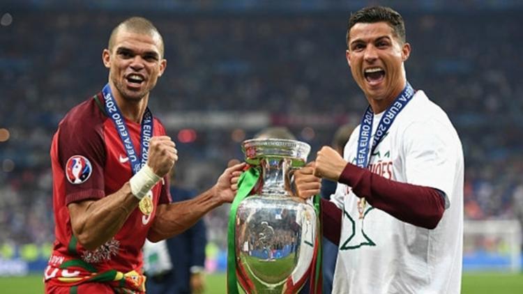 525007875 Pepe e Cristiano Ronaldo comemoraram o título da Eurocopa em 2016 pela  seleção de Portugal -