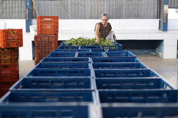 Impossibilidade de escoamento da produção agrícola deixa prateleiras vazias - Foto: Raul Spinassé l Ag. A TARDE