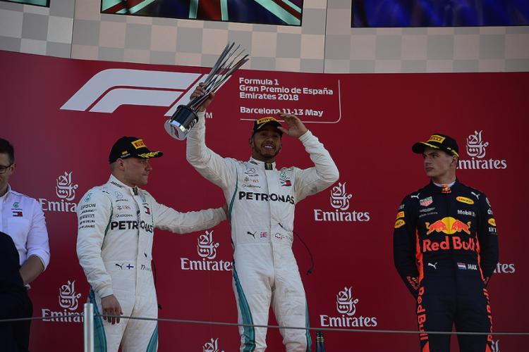 Inglês perde a ponta apenas após ida aos boxes, recupera e abre 17 pontos sobre Vettel na tabela - Foto: Pierre-Philippe Marcou l AFP