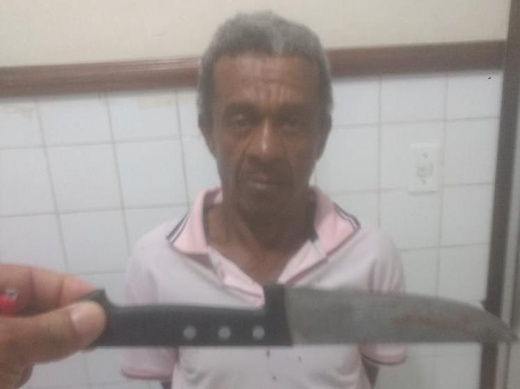 O suspeito foi encontrado ainda com a faca que utilizou no crime - Foto: Reprodução | Radar 64