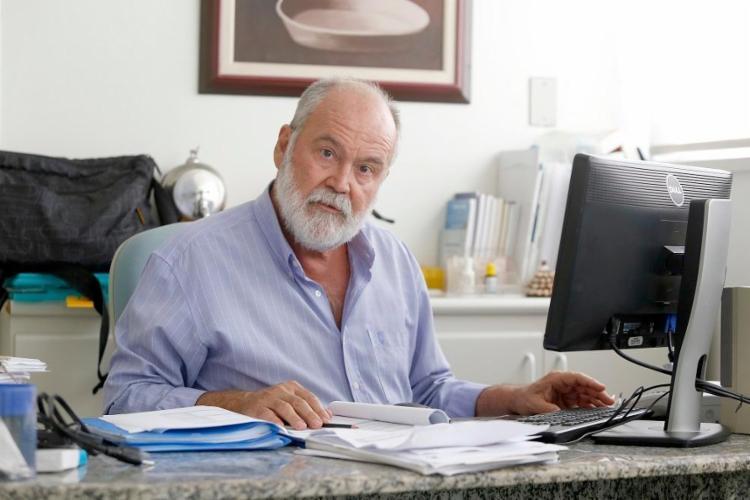 O médico e professor Hugo Ribeiro explica que atitudes como não tomar o café da manhã contribui para uma desregulação alimentar - Foto: Luciano Carcará / Ag. A Tarde