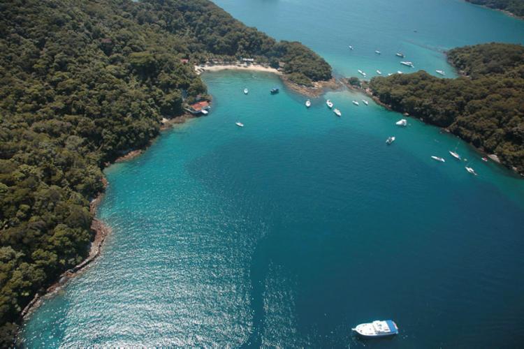 As águas do lugar são cristalinas e abrigam rica vida marinha | Foto: Divulgação