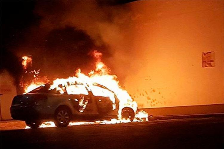 Carro incendiado estava parado no Posto Shell da avenida Magalhães Neto - Foto: Reprodução | Instagram @biaggiotalento