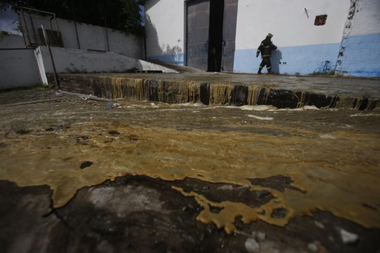 Parafina derrete e escorre em fábrica no bairro de Pirajá